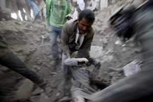A man carries a body from the rubble of a house destroyed by an air strike at the old quarter of Yemen's capital Sanaa, September 19, 2015. At least ten Yemeni civilians were killed in air strikes by Saudi-led warplanes that targeted this neighborhood. REUTERS/Mohamed al-Sayaghi